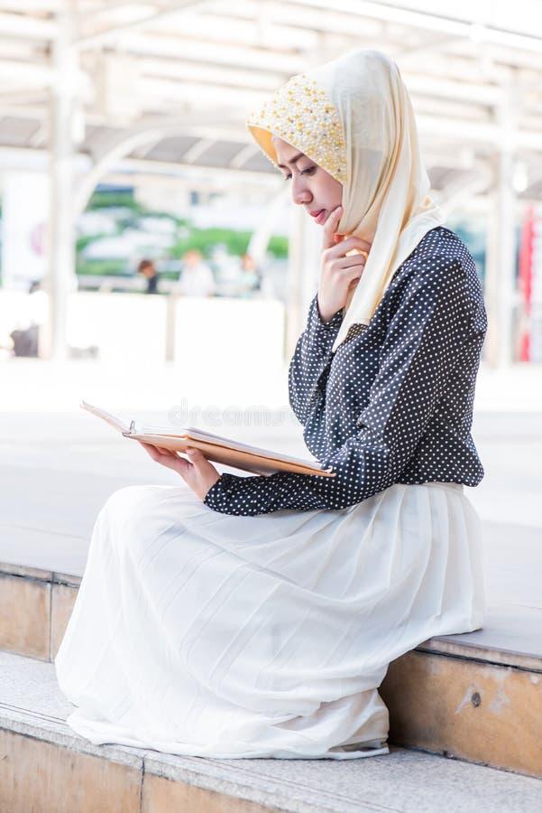 Muzułmańska dama czyta książkę zdjęcie royalty free