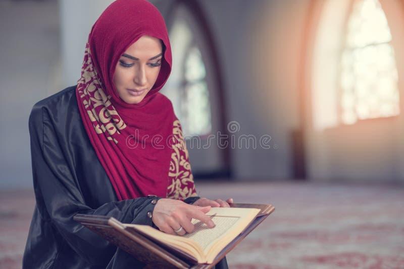 Muzułmańska kobieta Czyta Koran Lub koran Jest ubranym Tradycyjną suknię Przy meczetem obrazy royalty free