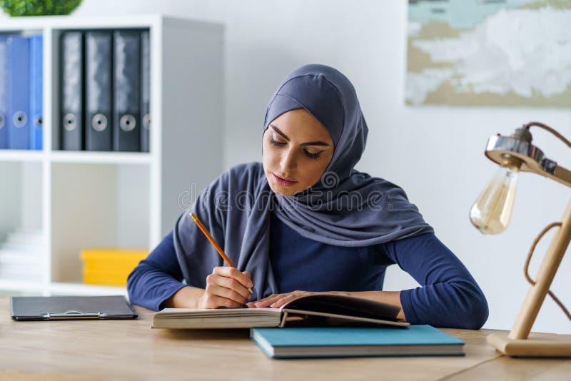 Muzułmańska kobieta czyta książkę obrazy stock
