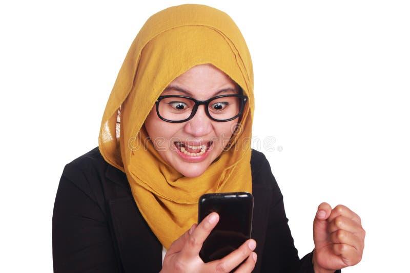 Muzułmańska kobieta Gniewna Podczas gdy Czytelnicza wiadomość tekstowa na Mądrze telefonie zdjęcie royalty free