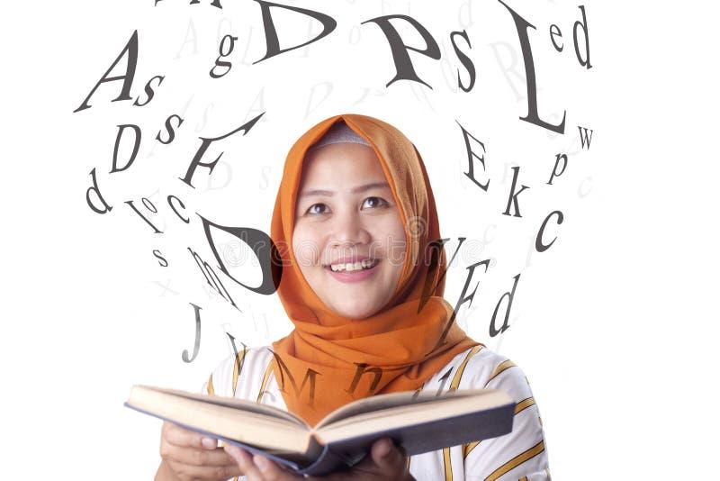 Muzułmańska kobieta i książka zdjęcia stock
