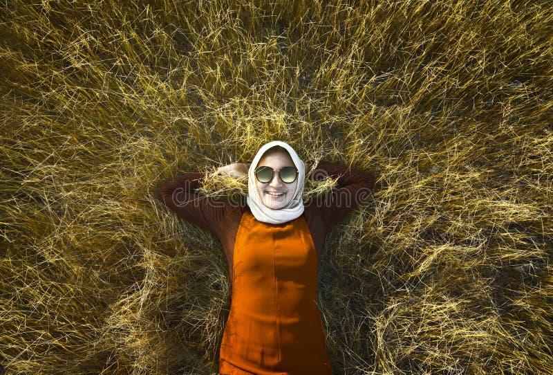 Muzułmańska kobieta jest ubranym hijab relaksuje na sawannie obraz stock