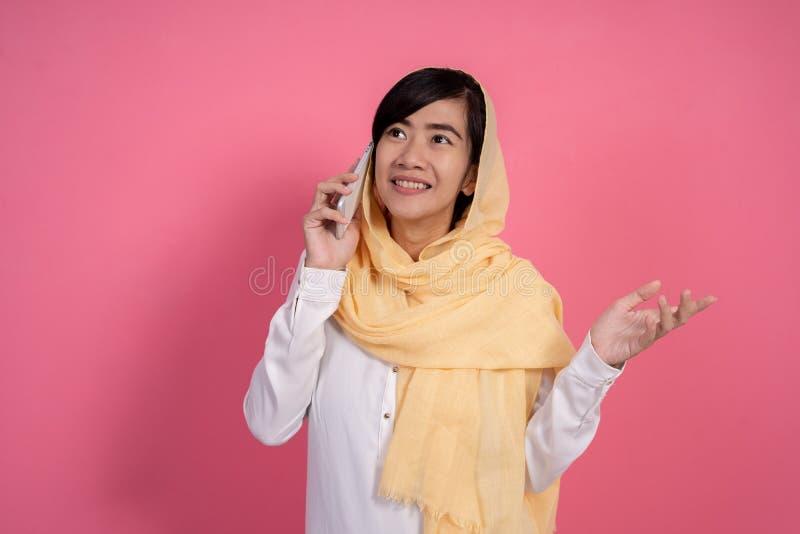 Muzułmańska kobieta ma rozmowę telefoniczą zdjęcia royalty free