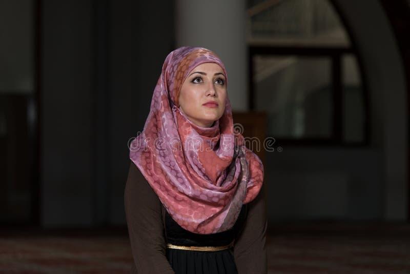 Muzułmańska kobieta ono Modli się W meczecie obrazy stock