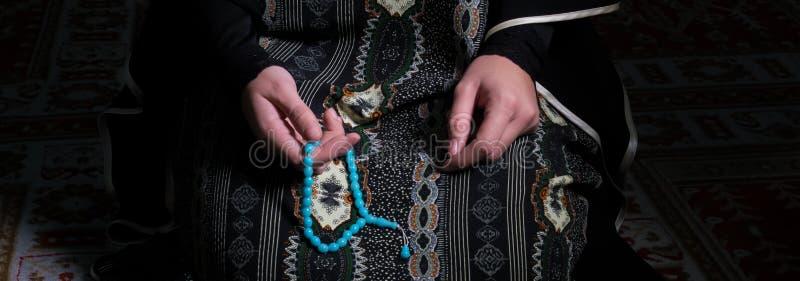 Muzułmańska kobieta ono modli się w meczecie zdjęcia stock