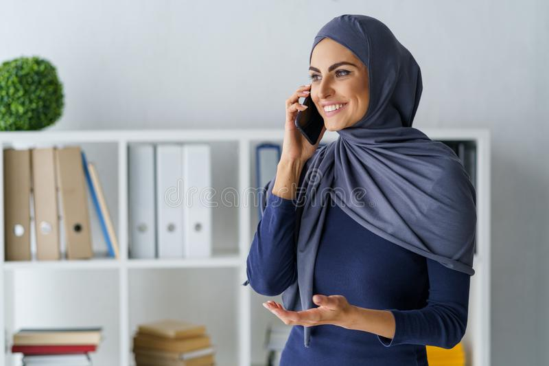 Muzułmańska kobieta opowiada na telefonie zdjęcia royalty free