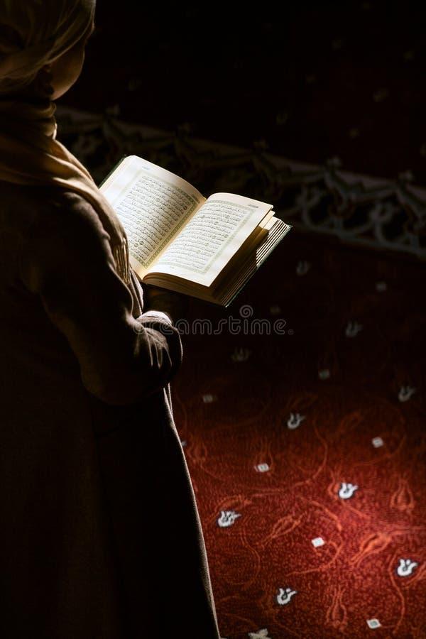 Muzułmańska kobieta pod światłem słonecznym zdjęcie royalty free