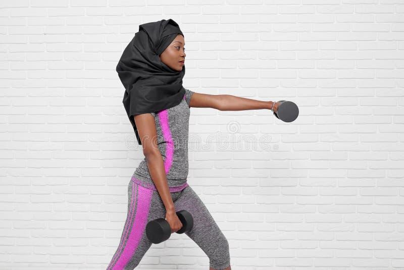 Muzułmańska kobieta robi sportowi na białym tle zdjęcie stock