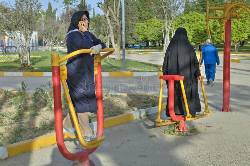 Muzułmańska kobieta w hijab podczas ranku treningu przy gym outdoors obraz stock