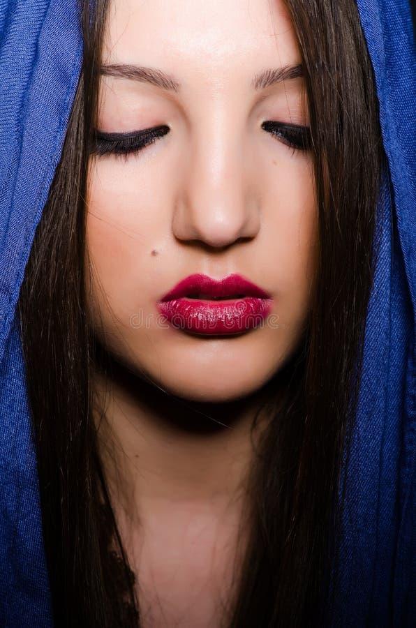 Muzułmańska kobieta z chustka na głowę w mody pojęciu obraz royalty free