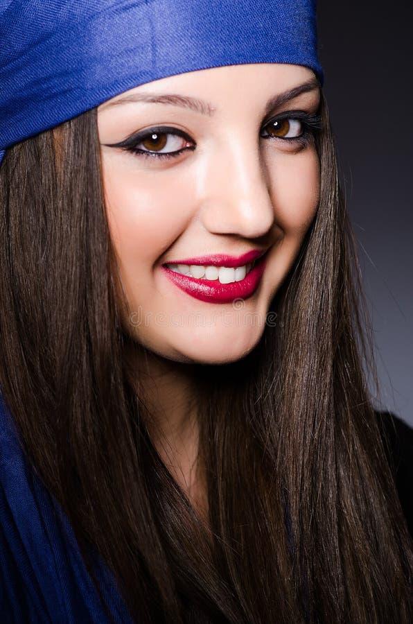 Muzułmańska kobieta z chustka na głowę w mody pojęciu zdjęcia royalty free