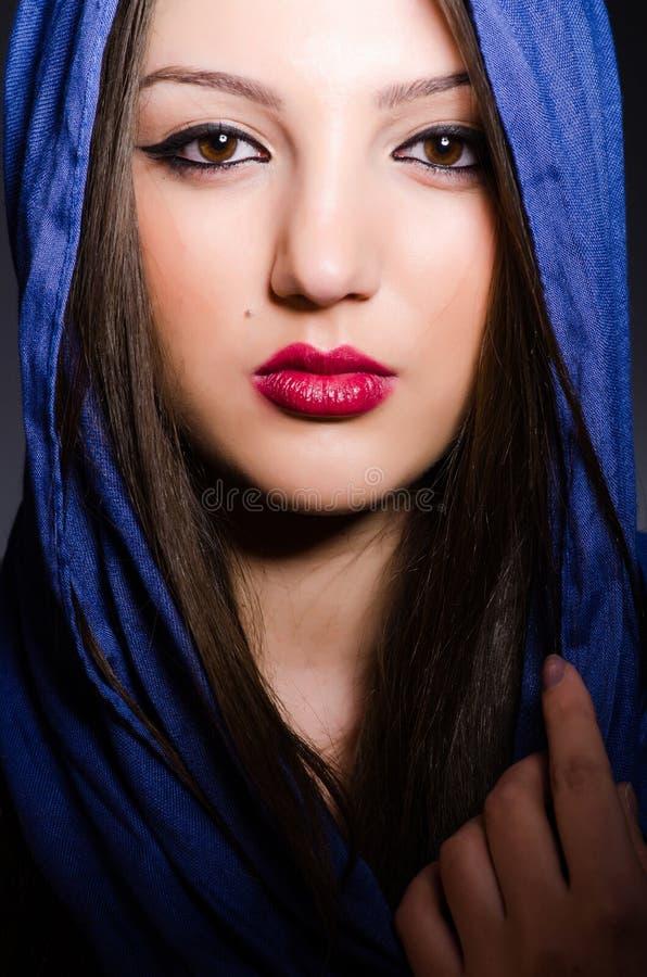 Muzułmańska kobieta z chustka na głowę w mody pojęciu zdjęcie stock