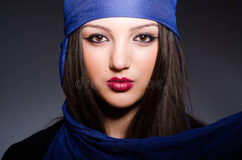 Muzułmańska kobieta z chustka na głowę w mody pojęciu zdjęcia stock