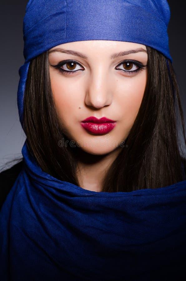 Muzułmańska kobieta z chustka na głowę w mody pojęciu fotografia stock