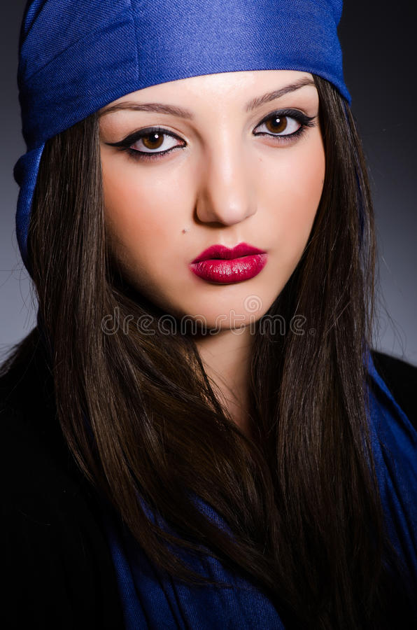 Muzułmańska kobieta z chustka na głowę w mody pojęciu obrazy stock