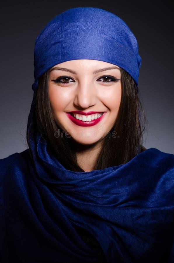 Muzułmańska kobieta z chustka na głowę w mody pojęciu obrazy royalty free