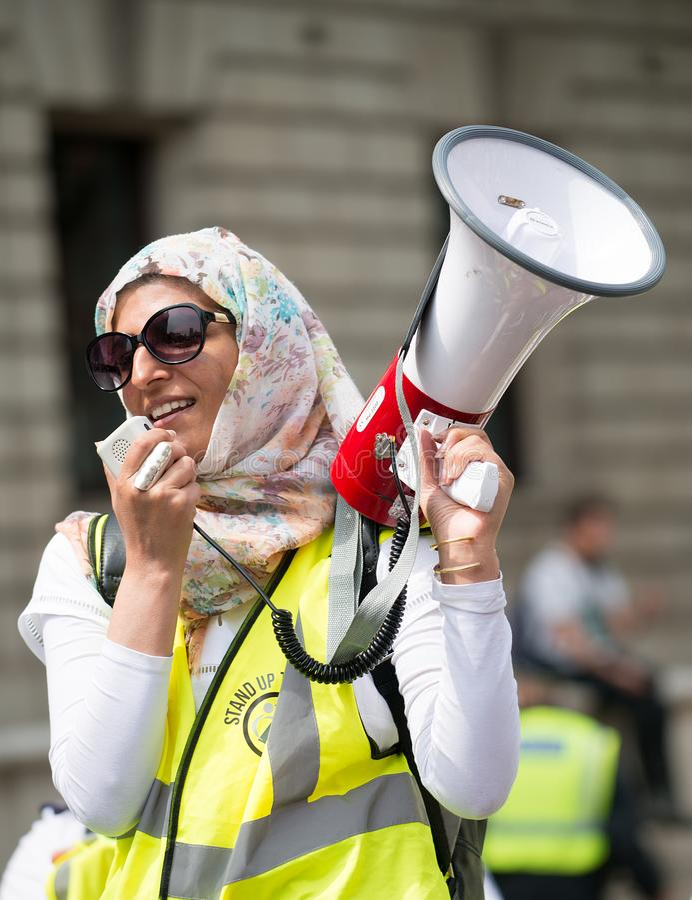 Muzułmańska kobieta z megafonem przy demonstracją grupa nacisku Jednoczy Przeciw faszyzmowi w Whitehall, Londyn, UK zdjęcie royalty free