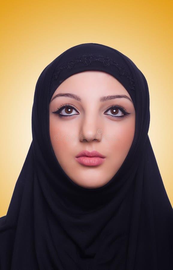 Muzułmańska młoda kobieta jest ubranym hijab na bielu fotografia stock