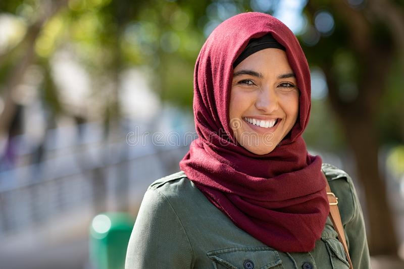 Muzułmańska młoda kobieta jest ubranym hijab obrazy stock