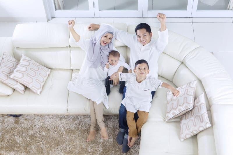 Muzułmańska rodzina wyraża ich szczęście obraz stock