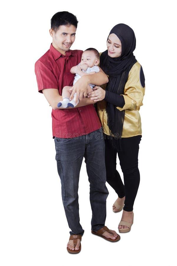 Muzułmańska rodzina z dzieckiem w studiu obraz royalty free