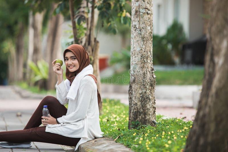 Muzułmański żeński sport je jabłka zdjęcia stock