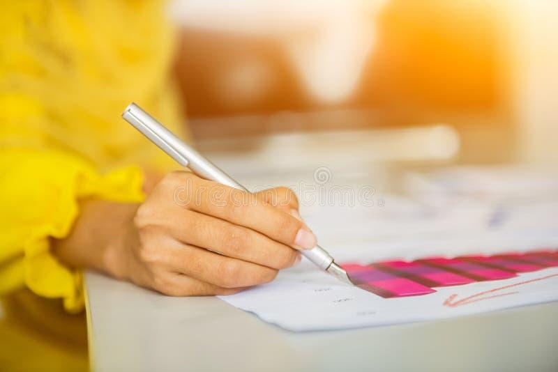 Muzułmański bizneswomanów pisać, znak na papierze i obrazy stock
