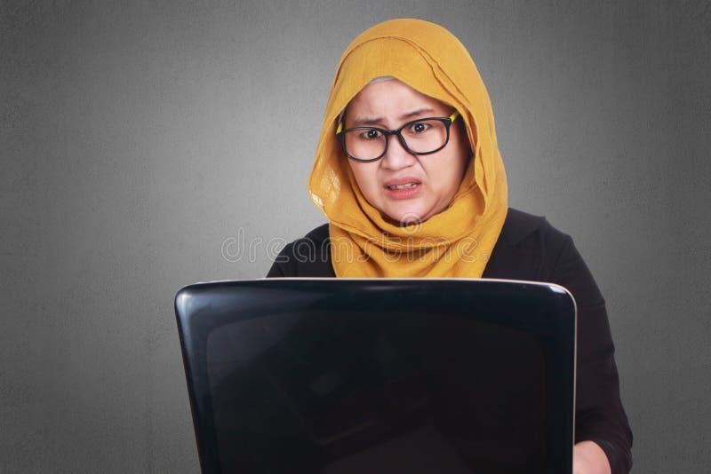 Muzułmański bizneswoman Pracuje na laptopie Szokował Przestraszonego gest obrazy stock