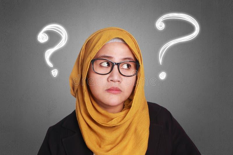 Muzułmański bizneswoman Wprawiać w zakłopotanie zdjęcie stock