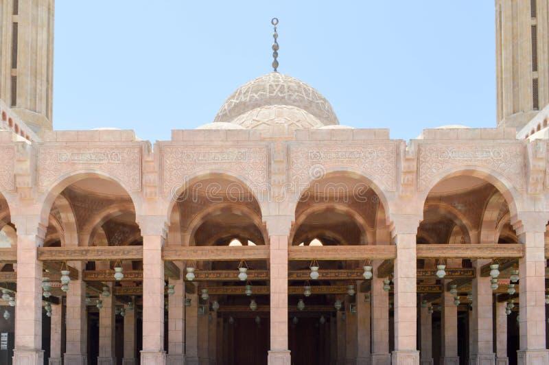 Muzułmański Islamski Arabski meczet robić biała cegła dla modlić się architektoniczną budowę z łukami, kopułami i rzeźbiący trójg fotografia royalty free