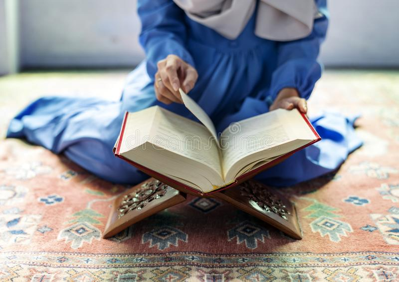 Muzułmański kobiety czytanie od koranu zdjęcie stock