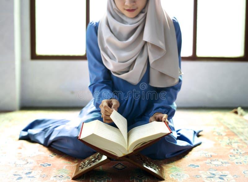 Muzułmański kobiety czytanie od koranu obrazy royalty free