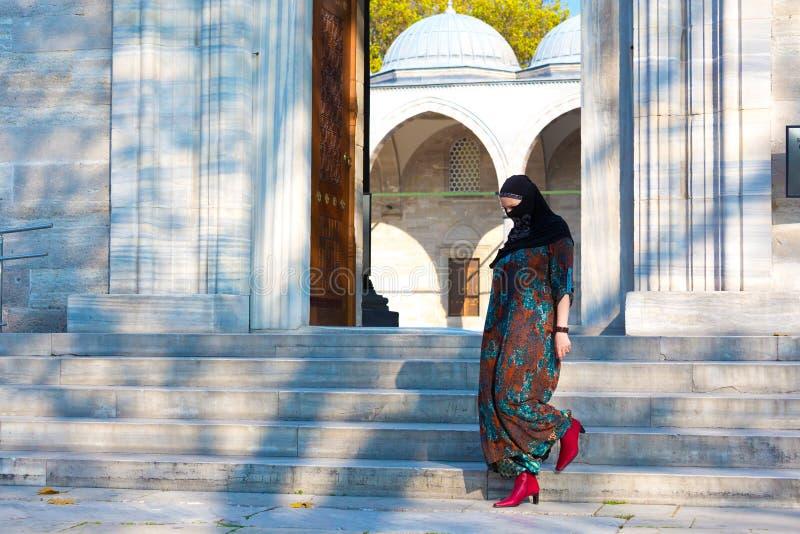 Muzułmański kobiety odprowadzenie na Marmurowych schodkach meczet obrazy stock
