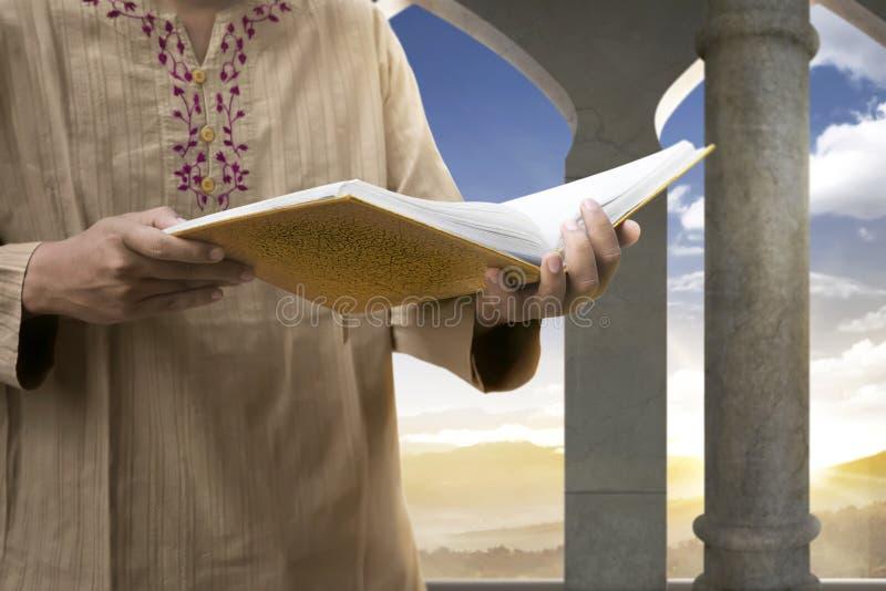 Muzułmański mężczyzna Czyta Koran zdjęcie royalty free