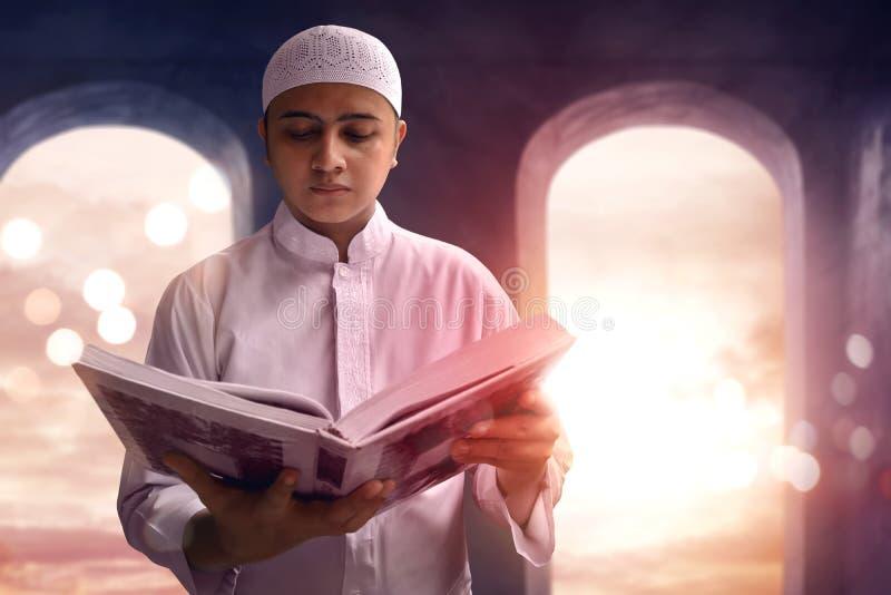 Muzułmański mężczyzna czyta Koran obraz stock
