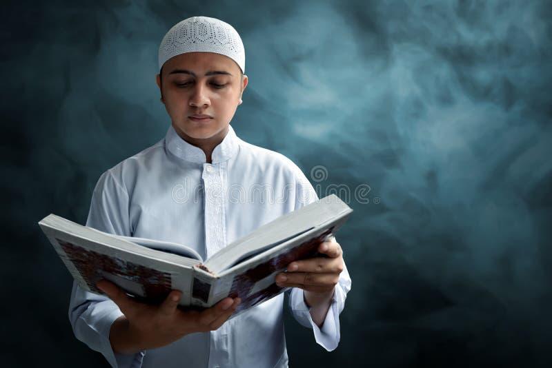 Muzułmański mężczyzna czyta Koran zdjęcia stock