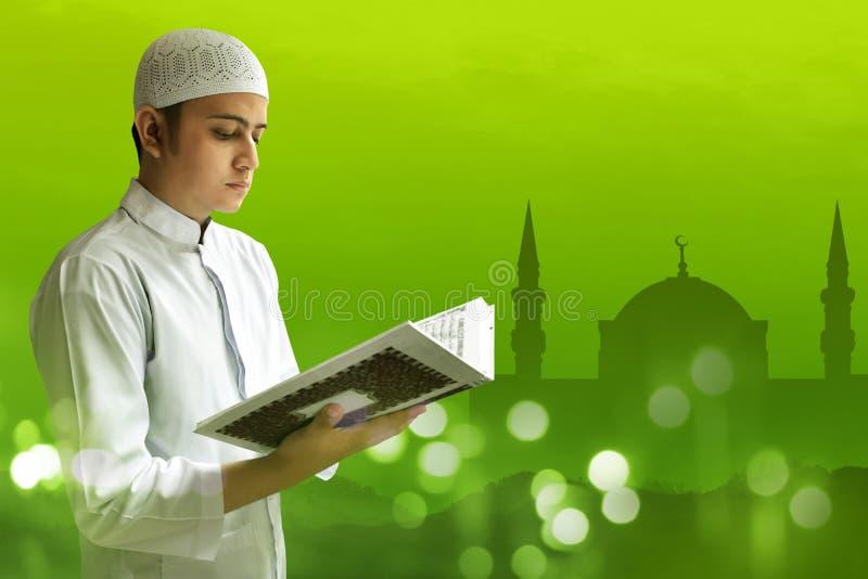 Muzułmański mężczyzna czyta Koran fotografia royalty free