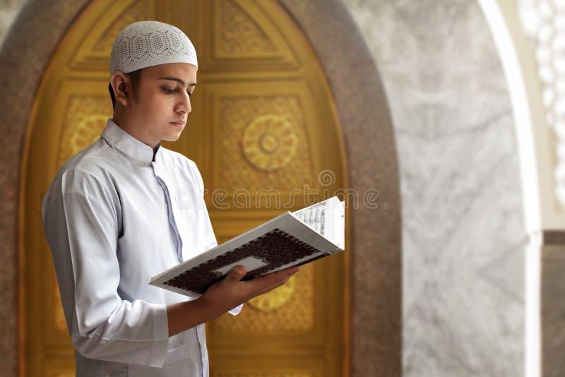 Muzułmański mężczyzna czyta Koran obrazy stock