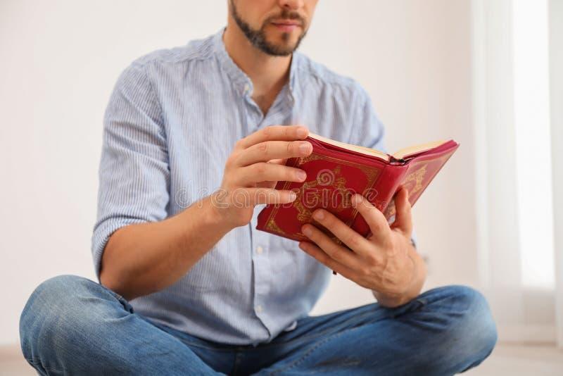 Muzułmański mężczyzna czyta Koran indoors obraz royalty free