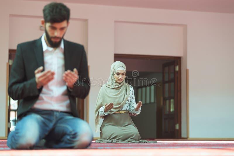 Muzułmański mężczyzna i kobiety modlenie w meczecie zdjęcie royalty free