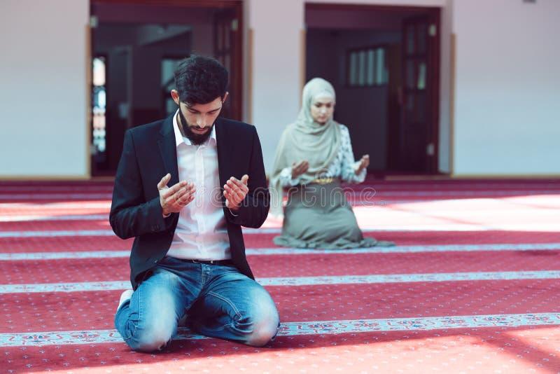 Muzułmański mężczyzna i kobiety modlenie w meczecie zdjęcie stock