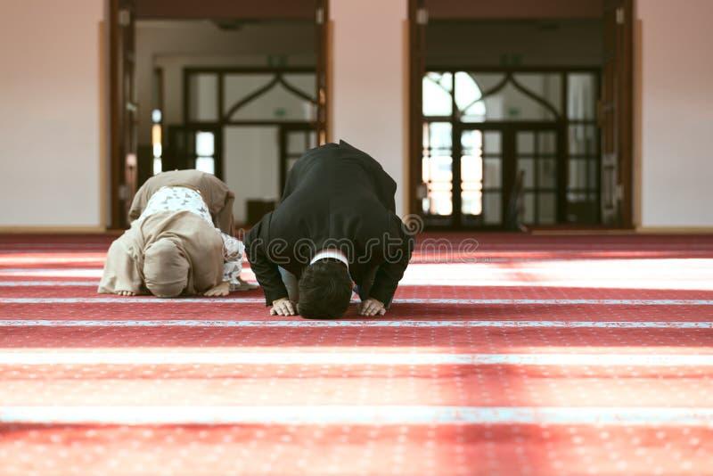 Muzułmański mężczyzna i kobiety modlenie w meczecie obrazy stock