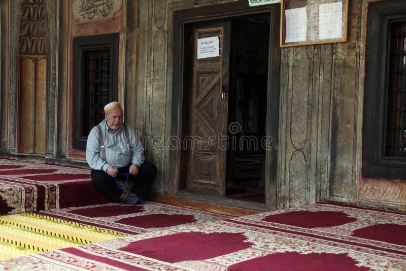Muzułmański mężczyzna miejsca siedzące w frontowym meczecie, Tetovo, Macedonia zdjęcia royalty free