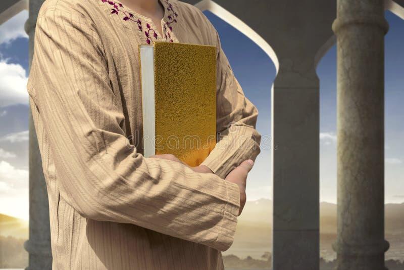 Muzułmański mężczyzna mienia koran zdjęcia royalty free