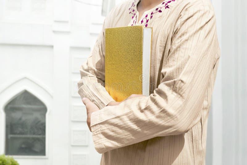 Muzułmański mężczyzna mienia koran obraz royalty free