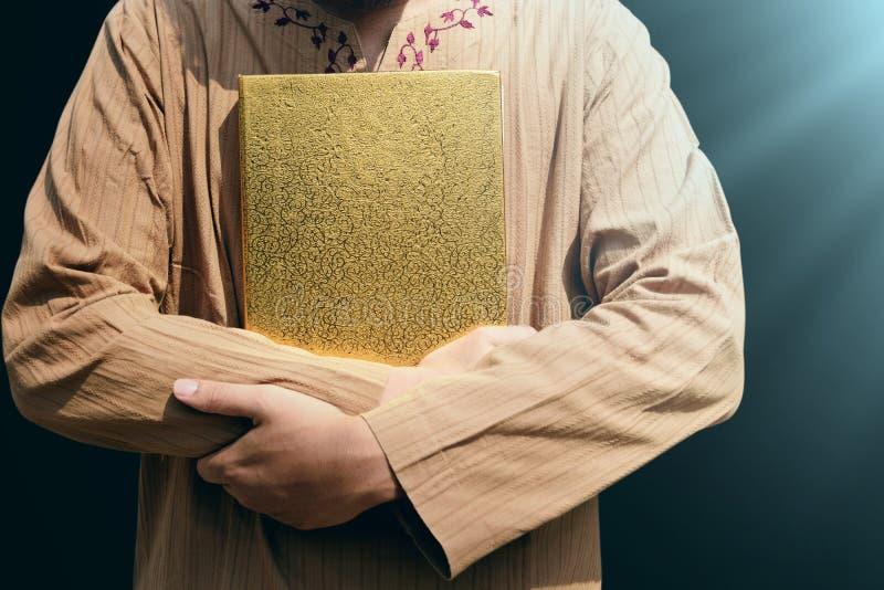 Muzułmański mężczyzna mienia koran zdjęcia stock