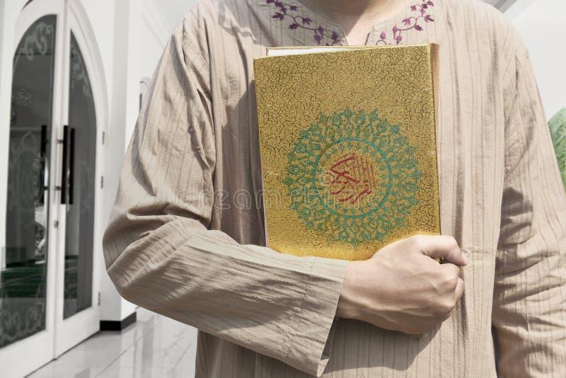 Muzułmański mężczyzna mienia koran zdjęcie royalty free