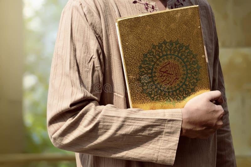 Muzułmański mężczyzna mienia koran obrazy stock