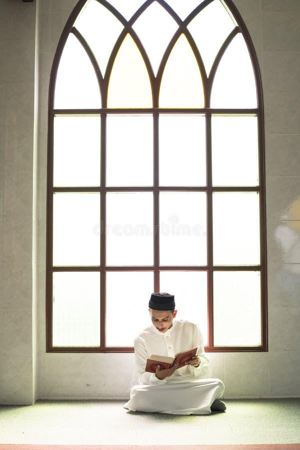 Muzułmański mężczyzna studiuje koran fotografia royalty free