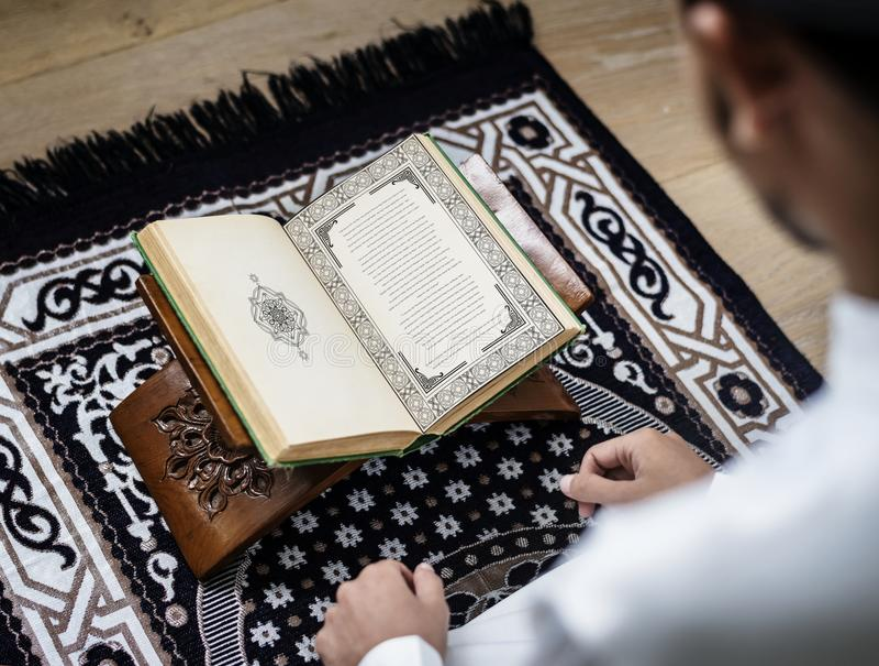 Muzułmański mężczyzna studiuje koran obraz stock